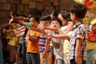 어린이밀알콘서트에서 아이들이 무대에 모여 율동을 따라하고 있다.