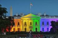 2015년 6월 연방대법원의 동성결혼 합법화 판결에 무지개색 조명으로 지지하는 백악관>