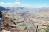 그랜드캐년과 콜로라도 강. 지층이 침식되어 만들어진 그랜드캐년 계곡의 광대한 규모에 비해서, 콜로라도 강은 잘 보이지 않을 정도로 크기가 작다.      (사진: Ⓒ박창성)