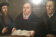 16세기 종교개혁자 3인(왼쪽부터 칼빈, 루터, 멜랑흐톤, 독일 비텐베르그 멜랑흐톤하우스 전시화)