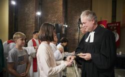 볼커 티드만(Volker Thiedemann) 목사(재한독일교회)와 성도들이 함께 성찬식에 참여하고 있다.