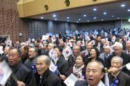 '한국교회 원로목회자 구국기도회'에 참여한 원로목회자들이 태극기를 흔들며 애국가를 열창하고 있다.