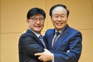 한교연 직전 대표회장 조일래 목사(오른쪽)와 신임 대표회장 정서영 목사.