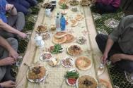 예배 후 식사공동체로 모인 신자들