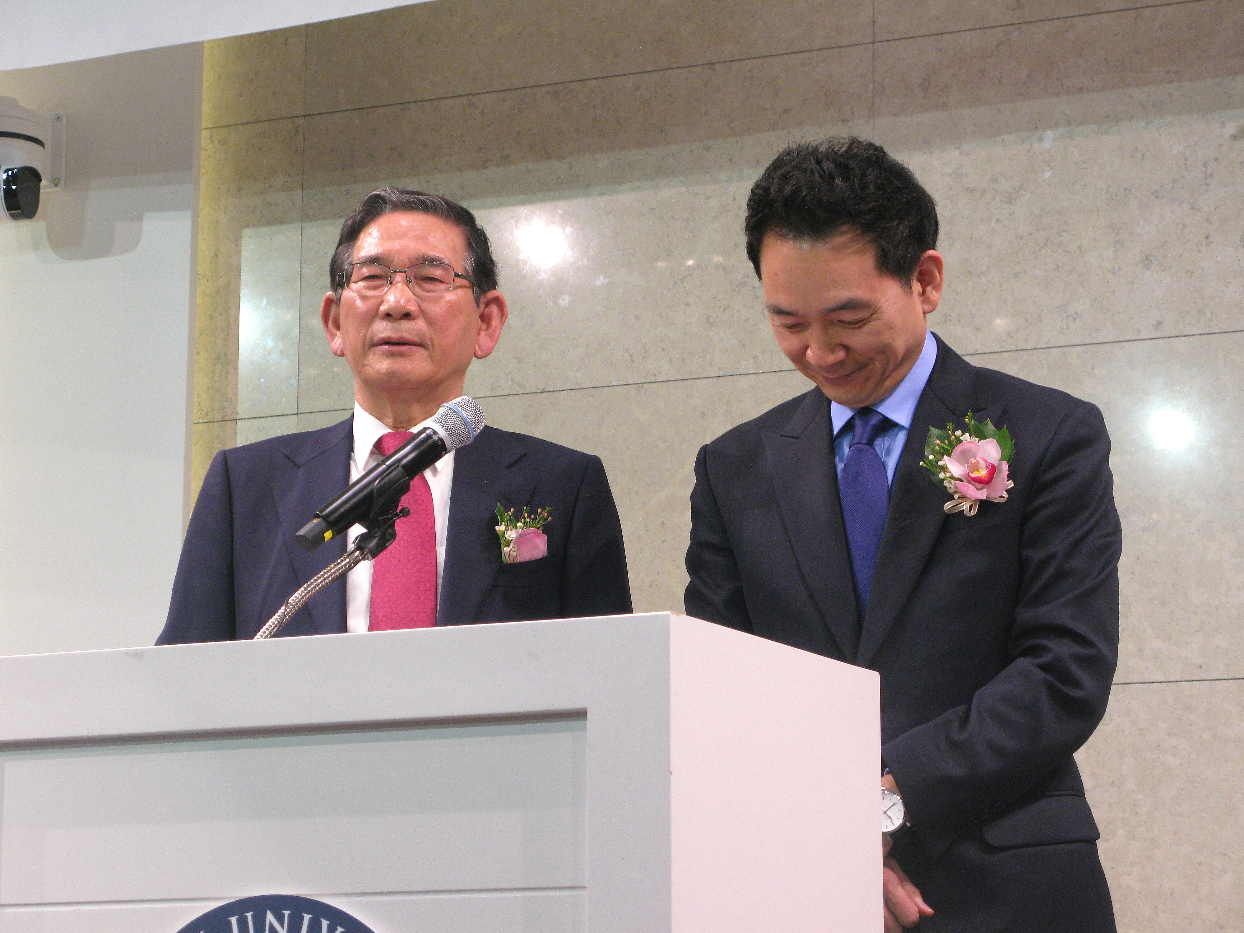 """김승규 장로(전 법무부 장관, 왼쪽)가 장성민 집사(전 국회의원, 왼쪽)를 적극적으로, """"응답을 받았다""""는 표현까지 사용하며 적극적으로 소개하고 있다."""