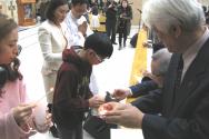 기도회 중에는 촛불을 함께 켜는 의식이 있었다. 순서자들이 청년과 어린이들로부터 붙을 붙여 받고 있다.