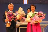 신길교회 원로목사로 추대 받은 이신웅 목사(왼쪽) 내외가 꽃다발을 받고 인사를 전하고 있다.