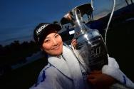 LPGA 투어 시즌 첫 메이저 대회인 ANA 인스퍼레이션에서 우승한 유소연이 우승 트로피를 들고 있다.