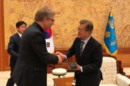 문재인 대통령(오른쪽)을 예방한 WCC 총무 올라프 퓍세 트베잇.