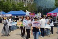 17일 오전 서울시청 앞 광장에서는 '2017 생명대행진 코리아'가 개최됐다. 차희제 조직위원장(프로라이프 연합회 회장)은 '낙태' 합법화를 우려하고, 이를 저지하기 위한 일환으로 이번 행사가 열렸다는 사실을 전했다. 한편 '생명대행진'은 낙태 반대와 태아 보호 및 권리를 찾아주기 위한 세계적인 행진으로, 미국은 올해 벌써 45번째 생명대행진을 개최한 바 있다.