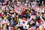 한기총 주최로 열린 '회개와 구국기도회'에서 태극기와 성조기를 함께 흔들고 있는 참석자들의 모습.