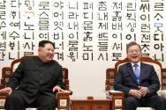 평화의 집 1층 환담장에 설치된 김중만 작가의 작품 '천년의 동행, 그 시작' 앞에 앉은 문재인 대통령과 김정은 국무위원장