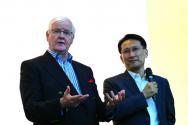한국에서 처음 열린 베리타스 포럼에서 강연하고 있는 오스 기니스 박사(왼쪽).