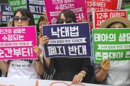 헌재 앞에서 낙태 합법화 반대 퍼포먼스를 벌이고 있는 낙반연 회원들.