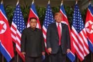 트럼프 대통령과 김정은 위원장이 회담장에 들어서기 전 첫 만남을 가진 후 기념촬영을 하고 있다.