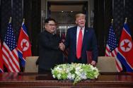 트럼프 대통령과 김정은 위원장이 합의문에 서명하고 악수하는 모습(