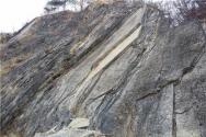 강원도 영월 문곡리에 과학적 사실처럼 스트로마톨라이트로 설명되어 있으나 머드마운드로도 주장되는 퇴적 구조 등이 나타나는 퇴적암층.