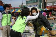 KT 사랑의 봉사단원들이 시민들과 재래시장 상인들에게 황사마스크를 무료로 배포하고 있다