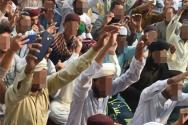 아시아 비비 석방에 항의하는 무슬림 근본주의자들이 거리에 벌떼처럼 모여 아시아 비비 처형을 요구하고 있다.