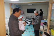 아이를 안고 기도하고 있는 송태섭 한장총 대표회장(왼쪽)과 주사랑공동체 대표 이종락 목사.