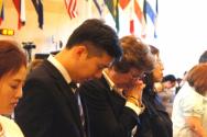 수잔 솔티 여사가 북한자유주간 참가자들과 함께 북한 자유를 위해 기도하고 있다.