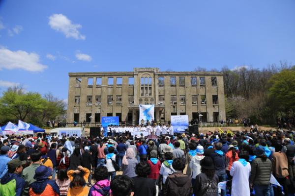 한신대학교(총장 연규홍) 학생, 동문과 교직원이 27일 강원도 철원군 노동당사에서 진행된 'DMZ민(民)+평화손잡기'에 참여했다.