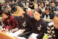 '다시복음앞에' 집회에 참석해 기도하고 있는 어린이들의 모습.