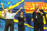 한기총 대표회장 전광훈 목사(맨 오른쪽)가 청와대 앞 철야기도회를 인도하며 화이팅을 다짐하고 있다. 맨 왼쪽 두 팔을 높이 들고 기도하고 있는 이는 김문수 전 경기도지사.