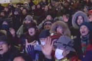 광야교회 성도들이 경찰 병력에 둘러싸인 일촉즉발의 상황 가운데에서도 차분하게 예배 드리고 찬양하고 있다.