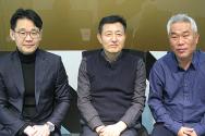 사진 가운데가 프레이바이오 황두현 대표이사, 왼쪽이 황 대표의 해외 진출을 돕고 있는 글로벌케이엠 이호석 대표이사, 오른쪽은 글로벌케이엠 이암 이사.