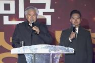 '2019 자유 대한민국 전국 연합 성탄축제'에서 전광훈 목사(왼쪽)가 메시지를 전하고 있다.