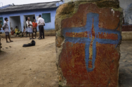 칸다말(Kandhamal) 마을 안에 기독교인들의 다시 지은 교회 앞에서 교인들이 마을 주민들과 만나고 있다.