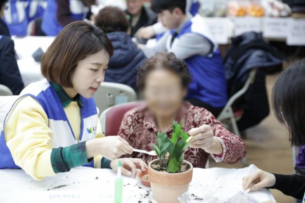 밀알복지재단-메트라이프, 독거어르신에 방한용품 전달 봉사활동 펼쳐
