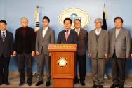 국회 정론관에서 열린 자유통일당과 우리공화당 통합 기자회견에서 김문수 자유통일당 대표가 질의응답을 받고 있다.