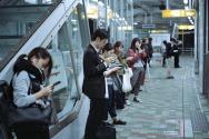 스마트폰에 집중하는 현대인들.