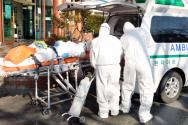 신종 코로나바이러스 감염증(코로나19)으로 국내 첫 사망자가 발생한 곳으로 알려진 21일 오후 경북 청도군 대남병원에서 질병관리본부 관계자들이 코로나19 의심 환자를 이송하고 있다.