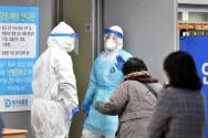 신종 코로나바이러스 감염증(코로나19) 확진자가 무더기로 급증하고 있는 25일 오후 대구 서구 중리동 대구의료원 선별진료소에 의료진이 분주히 움직이고 있다.