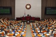 7일 서울 여의도 국회에서 열린 제376회국회(임시회) 제10차 본회의에서 공직선거법 일부개정법률안이 가결되고 있다.