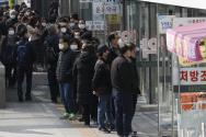 시민들이 6일 오후 서울 종로구에 위치한 약국에서 공적마스크를 구매기 위해 줄을 서 있다.