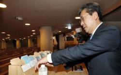 박양우 문화체육관광부 장관이 22일 서울 영등포구 여의도순복음교회를 방문해 코로나19 대응 현황을 점검하고 있다.