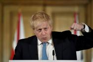 보리스 존슨 영국 총리가 19일(현지시간) 런던 다우닝가 10번지 총리 관저에서 신종 코로나바이러스 감염증(코로나19)에 관한 기자회견을 하며 주먹을 불끈 쥐고 있다.