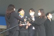 25일 서울 종로경찰서에서 검찰로 송치되며 모습을 드러낸 텔레그램 성착취 '박사방' 운영자 조주빈(25). 왼쪽에서 두번째.