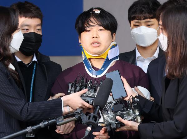 메신저 텔레그램에 '박사방'을 운영마며 미성년자를 포함한 여성들의 성 착취뭉 제작, 유포한 혐의를 받는 조주빈 씨가 25일 서울 종로구 종로경찰서에서 검찰로 송치되고 있다.