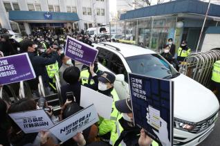 25일 인터넷 메신저 텔레그램에서 미성년자를 포함한 여성들의 성 착취물을 제작 및 유포한 혐의를 받는 '박사방' 운영자 조주빈(25)이 탄 차량이 서울 종로경찰서를 나와 검찰 유치장으로 향하자 시민들이 조주빈의 강력처벌을 촉구하며 피켓시위를 하고 있다.