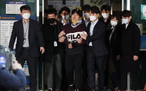 텔레그램에서 불법 성착취 영상을 제작, 판매한 n번방 사건의 주범 조주빈 씨가 25일 오전 서울 종로경찰서에서 검찰에 송치되기 위해 호송차량으로 향하고 있다.