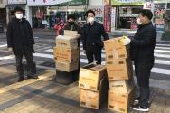 부산 새한교회가 코로나19 극복에 헌신하는 주민센터 직원들에게 간식을 전달하고 있다