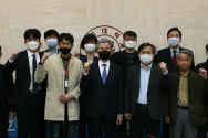권혁대 총장 및 2020학년도 대학평의원회 의원들의 위촉식 기념찰영을 하고 있다.