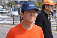 국민의당 안철수 대표가 1일 전남 여수시 중앙동 이순신광장에서 '희망과 통합의 달리기' 출발 하고 있다. 안 대표는 이날 여수공항까지 20㎞를 달린 뒤 매일 20~30㎞씩 14일간 달릴 예정이다.