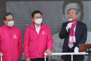 미래통합당 김종인 총괄선대위원장이 6일 서울 종로구 평창동 일대에서 열린 황교안 후보의 차량유세에 참석해 지지발언하고 있다.