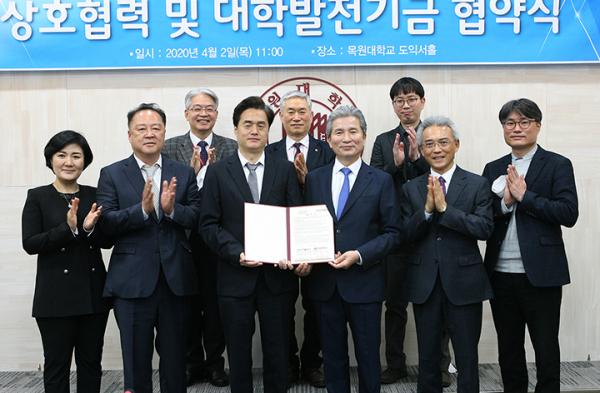 권혁대 총장(협약서 기준 오른쪽)과 홍성호 대표원장(협약서 기준 왼쪽)을 비롯한 양 기관 관계자들이 기념찰영을 하고 있다.